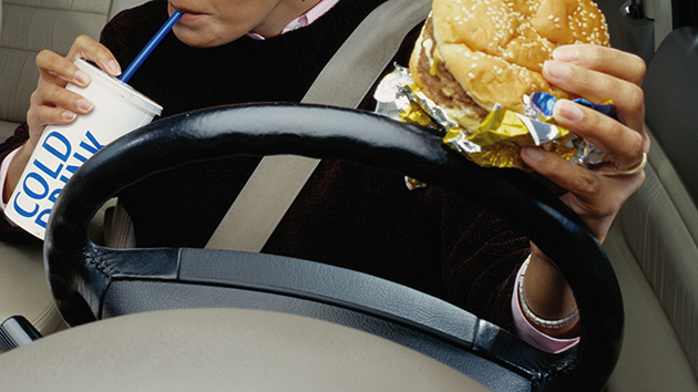 eating-cheeseburger-while-driving
